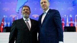 Prime Minister Recep Tayyip Erdogan meets with Egyptian Prime Minister Mohammed Morsi last September.