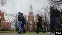 Siswa Brooklyn College berjalan di kampus, Rabu 1 Februari 2017, di New York. (Foto: VOA)