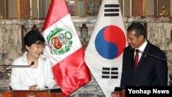 박근혜 대통령과 오얀타 우말루 페루 대통령이 20일 오후 대통령궁에서 열린 공동기자회견에서 밝게 웃고 있다. (사진=연합뉴스)