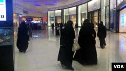 Perempuan Saudi berbelanja di Riyadh (foto: ilustrasi). Arab Saudi menerapkan interpretasi Islam ultra konservatif dan tidak mengizinkan perempuan mengemudi.