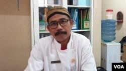 Juru bicara SMK Solo, Saptono, berbicara di kantornya, Selasa (1/10). (foto: VOA/Yudha Satriawan)