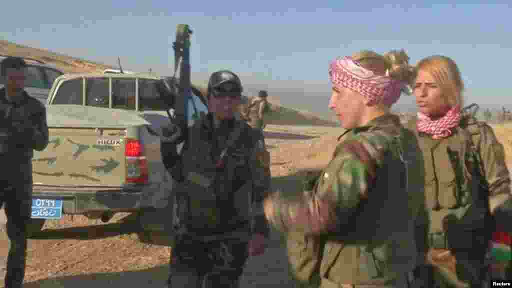 Pejuang Peshmerga Kurdi terlihat di Khazer, sebelah barat Erbil di Irak (17/10).