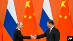 Tổng thống Nga Putin bắt tay Chủ tịch Trung Quốc Tập Cận Bình tại lễ trao huân chương, 8/6/2018
