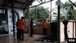 Posko Kebangkitan Indonesia Baru relawan Joko Widodo Presiden di Jalan Sultan Agung Setiabudi Jakarta Selatan diduga dibakar oleh orang tak dikenal, Senin (26/5). Tim Identifikasi Polda Metro Jaya menyelidiki di lokasi kejadian (foto: VOA/Andylala).