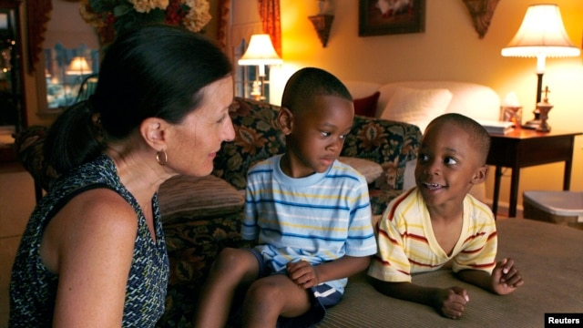 American Theresa Alden talks with her adopted foreign-born sons, Gavin (C), 6, and Graem, 4, at their home in Lancaster, Pennsylvania (file photo).