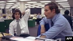 鲍勃.伍德沃德(右)和卡尔.伯恩斯坦(左)1973年5月7日在华盛顿邮报报社。他们因为对水门事件的报道而赢得了新闻界的最高荣誉---普利策新闻奖。