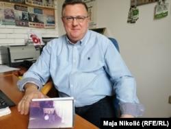 """""""Novaka Đukića treba tražiti da u BiH služi kaznu"""", kaže Dino Kalesić sa fotografijom sina Sandra, najmlađe žrtve na Tuzlanskoj kapiji"""