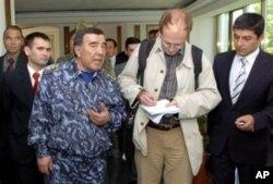 O'zbekistonning o'sha paytdagi Ichki ishlar vaziri Zokir Almatov chet ellik jurnalistlar bilan, Andijon, 18-may 2005