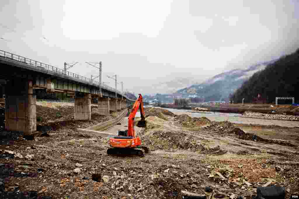 Diggers carve a mountain valley for a road and rail link from the Black Sea Coast. It is unclear if restoration of the landscape will be completed in time for the Feb. 2014 Olympics. (V. Undritz for VOA)