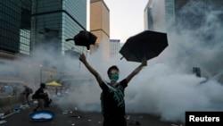 Hình ảnh cho thấy cảnh tượng hỗn loạn và những vụ xô xát với khói bốc bên từ những quả lựu đạn cay.