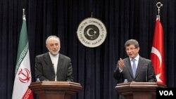 Menlu Turki Ahmet Davutoglu (kanan) dan tamunya, Menlu Iran Ali Akbar Salehi saat mengadakan konferensi pers bersama di Ankara (19/1).