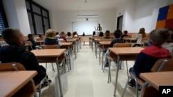 Arhiva - Đaci u školskim klupama uz poštovanje epidemioloških mera, prvog dana nove školske godine, 1. septembra 2021, u selju Belegiš, nedaleko od Beograda. (Foto: AP, Darko Vojinović)