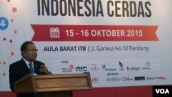 """Menko Kemaritiman Rizal Ramli saat menjadi pembicara dalam Konferensi """"TIK untuk Indonesia Cerdas"""" di kampus ITB, Bandung, hari Kamis, 15 Oktober 2015 (foto: VOA/Teja Wulan)."""