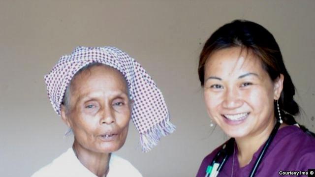 Bác sĩ quân y phi hành - Thiếu tá hải quân Hoa Kỳ Josephine Nguyễn Cẩm Vân trong một chuyến đi Việt Nam giúp bệnh nhân nghèo