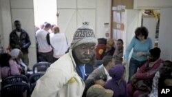 非洲移民工在特拉维夫附近的一个诊所等待接受治疗