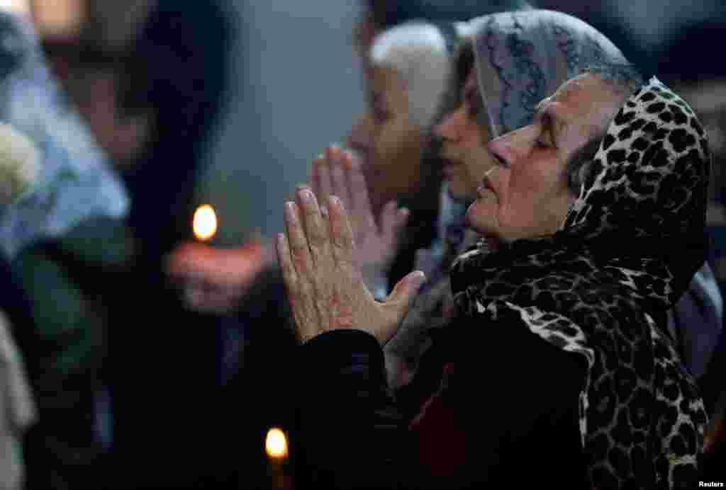 عراق میں مسیحی کرسمس کی تقریبات میں شریک ہیں۔