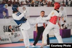 Atlet taekwondo asal Sumut, Oppie Danena Ginting (biru) saat bertanding di Pra PON Banten 2019. (Dokumen pribadi Oppie Danena Ginting)