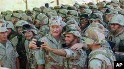Rais George H. Bush akijipiga picha ya selfie akiwa na wanajeshi wa majini uwanja wa ndege wa Baidoa, Januari 1, 1993, Baidoa.