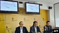 Analitičari Ivan Godarsky, Zoran Gavrilović i Pavle Dimitrijević govore na predstavljanju drugog izveštaja Biroa za društvena istraživanja o monitoringu medija u predizbornoj kampanji.