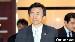 한국의 윤병세 외교부 장관이 24일 일본 도쿄에서 열리는 한중일 외교장관회의에 참석하기 위해 23일 오후 김포공항을 통해 출국하고 있다.