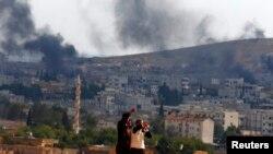 Kurdske izbeglice iz Kobanija posmatraju kako se gusti dim vije iznad tog grada, 26. oktobar, 2014.
