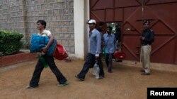 Para nelayan dari India membawa barang-barang milik mereka saat keluar dari penjara distrik Malir di Karachi, Pakistan (23/8).
