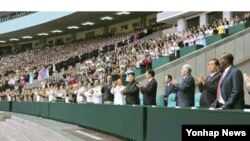 전승절 열병식을 지켜보고 있는 북한 김정은과 당군 고위간부