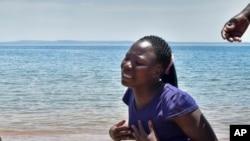 Mwanamke akiwa na huzuni baada ya kumpoteza ndugu yake katika ajali ya MV Nyerere.