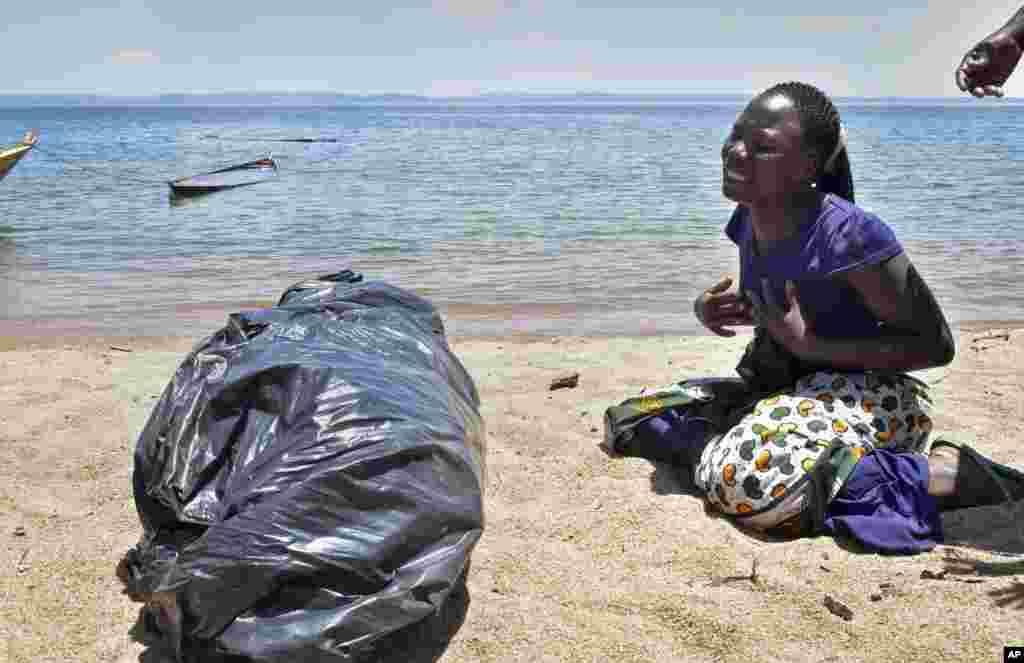 ស្ត្រីម្នាក់យំនៅក្បែរសាកសពរបស់បង ឬប្អូនស្រីរបស់នាង ដែលជាជនរងគ្រោះនៃការក្រឡាប់សាឡាង MV Nyerere នៅពេលដែលនាងរងចាំគេមកយកសាកសពនេះទៅបូជានៅកោះ Ukara ប្រទេសតង់សានី កាលពីថ្ងៃទី២២ ខែកញ្ញា ឆ្នាំ២០១៨។ ពីរថ្ងៃក្រោយពីគ្រោះថ្នាក់ក្រឡាប់សាឡាងនៅបឹង Lake Victoria ចំនួនមនុស្សស្លាប់បានកើនឡើងជាង២០០នាក់ ខណៈដែលក្រុមមន្ត្រីនិយាយថា អ្នកនៅរស់រានមានជីវិតម្នាក់ត្រូវបានគេរកឃើញនៅក្នុងសាឡាងនេះ ហើយកិច្ចខិតខំប្រឹងប្រែងត្រូវបានបញ្ចប់ ហើយឥឡូវក្រុមមន្ត្រីកំពុងកំណត់អត្តសញ្ញាណសាកសព។