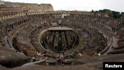 FILE - People visit Rome's ancient Colosseum, Oct. 14, 2010. (REUTERS/Alessandro Bianchi/File Photo)
