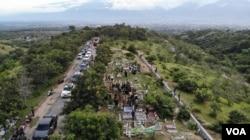 Foto Udara Lokasi Pemakaman Massal bagi korban bencana alam gempa bumi 2018 di Tempat Pemakaman Umum (TPU) Poboya Indah dengan latar Kota Palu di kejauhan. Senin (28/9/2020) Foto : Yoanes Litha
