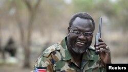 L'ex-rebelle sud-soudanais Riek Machar parle au téléphone dans l'État de Jonglei, Soudan du sud, le 1 février 2014.