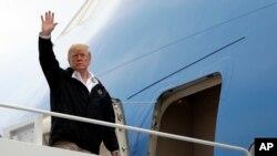 Presiden Trump bertolak ke California dari Pangkalan Angkatan Udara Andrews, Maryland, 17 November 2018.