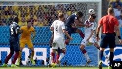 4일 브라질 리우데자네이루에서 열린 월드컵 8강전 독일 대 프랑스 전에서 독일의 마츠 후멜스(오른쪽 2번째)가 전반 13분 선제골이자 결승골을 넣고 있다.