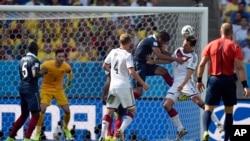 Pemain Jerman Mats Hummels (jersey warna putih) menyundul bola dari hasil umpan tendangan bebas oleh Toni Kroos di menit ke-12 (4/7).