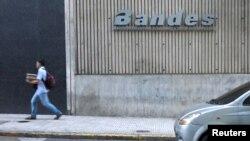 Archivo - En esta foto del 22 de marzo de 2019 se ve el logo corporativo del Banco Bandes en su sede en Caracas, Venezuela.
