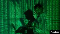 数码组成的图像显示一个人手持笔记本电脑