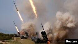 북한군이 지난 4일 함경북도 호도반도 일대에서 대구경 장거리 방사포와 전술유도무기가 동원된 화력타격훈련을 실시하고 있다.