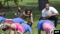 Мишель Обама занимается фитнесом с детьми.