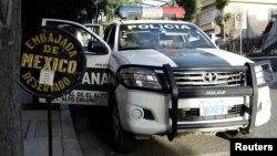 Una patrulla de la policía boliviana custodia la entrada de la sede de la embajada de México en La Paz. La cancillería ha denunciado el acto como un acoso, a lo que el gobierno transitorio de Jeanine Áñez , dice que es por seguridad.