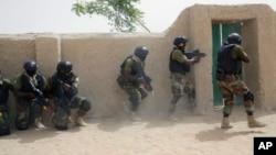 Des soldats de forces spéciales nigérianes lors d'un exercice de secours à Mao, au Tchad, le 7 mars 2015.