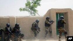 Les forces spéciales nigérianes participent à un exercice de sauvetage des otages à la fin de l'exercice Flintlock à Mao, au Tchad, samedi, avec l'appui de l'armée américaine et ses partenaires occidentaux. (Photo AP / Jerome Delay)
