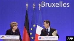Tổng thống Pháp (phải), và Thủ tướng Đức (trái) đưa ra một đề xuất trong đó kêu gọi tăng cường sự phối hợp giữa các quốc gia sử dụng đồng euro