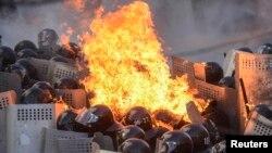抗議者與警察發生激烈衝突