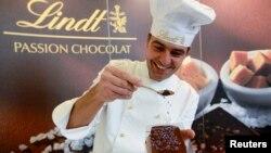 Un maître chocolatier Lindt confectionne un chocolat à Kilchberg, le15 Mars 2013 (Suisse).