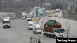 18일 경기도 파주시 경의선 남북출입사무소 인근에서 한국 측 차량들이 입경하고 있다.