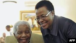 Cựu Tổng thống Nam Phi Nelson Mandela và phu nhân Graca Machel tại tư gia ở Johannesburg, (ảnh tư liệu ngày 16 tháng 5, 2011)