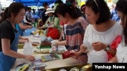 영화 'NLL 연평해전' 제작비 지원을 위해 해군가족들이 지난 17일 한국 경남 진해기지사령부 앞 자선장터에서 물품을 팔고 있다.