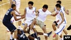 Xô xát giữa đấu thủ 2 đội bóng rổ Mỹ và Trung Quốc