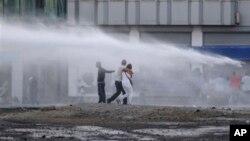 Cảnh sát chống bạo động dùng vòi rồng giải tán người biểu tình ở Istanbul, Thổ Nhĩ Kỳ, 22/6/2013